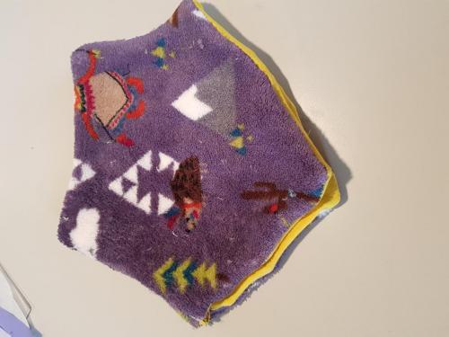 Col voor een dreumes, fleece en tricot. Aan de zijkant drie drukknoopjes, zodat hij makkelijk om en af te doen is. Kan aan twee kanten gedragen worden.